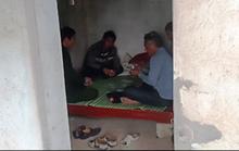 Cán bộ ngồi đánh bài trong chòi tại chốt kiểm dịch tả heo châu Phi