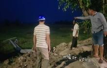 Cột điện chôn cạn, ngã đè 2 công nhân thương vong
