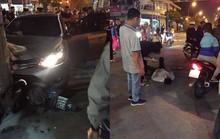 Xế hộp vượt đèn đỏ, tông 2 người thương vong, tài xế rời đi