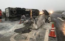 Tông dải phân cách, xe ôtô đông lạnh lật ngang khiến 2 người bị thương