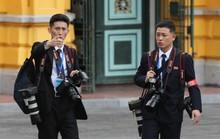 Soi đồ nghề của phóng viên Triều Tiên tháp tùng Chủ tịch Kim Jong-un