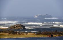 Trực thăng cứu hộ vượt bão biển giải cứu 1.300 người