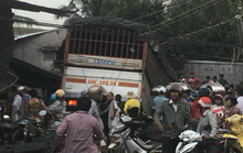 Xe tải chở rau tông hàng loạt nhà dân, tài xế và phụ xe thiệt mạng