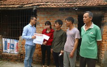 Mẹ nữ sinh lớp 9 bị đánh, nghẹn ngào khi Báo Người Lao Động trao tiền hỗ trợ