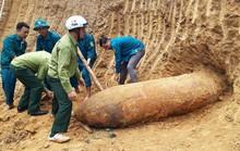 Tá hỏa phát hiện quả bom khủng nặng 1,3 tấn trong vườn nhà dân