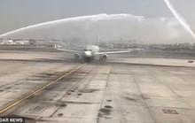 Hành khách bị thương vì máy bay trúng vòi rồng