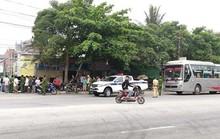 Bị nhóm người đi xế hộp chặn đầu, từ xe khách xách súng xuống nổ nhiều phát