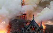 Nhà thờ Đức Bà Paris cháy do chập điện?