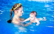 Con vài tuần tuổi, mẹ bơi lội, chạy bộ được không?