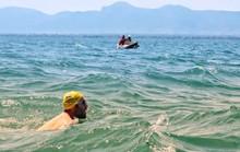 Bơi 54 ngày trong hồ đầy cá sấu