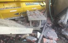 Tông xe tải, ủi sập 2 căn nhà, tài xế xe container vẫn no giấc trong cabin