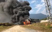 Vướng đường điện 35 KV, ôtô đầu kéo bốc cháy dữ dội