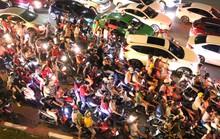 TP HCM: Hàng ngàn người đổ dồn xem pháo hoa, nhiều tuyến đường kẹt cứng