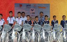 Tỉnh đoàn Bạc Liêu tặng hàng trăm phần quà cho học sinh nghèo hiếu học