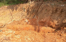 Tá hỏa khi đào vườn xây nhà phát hiện quả bom khủng