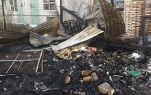 Cháy lớn kho phế liệu, nhân viên ngân hàng tháo chạy ra ngoài