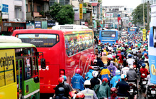 TP HCM: Hết lội nước, ngàn người tiếp tục bơ phờ bởi kẹt xe sau mưa lớn