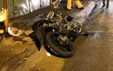 TP HCM: Xe máy độ lao vào lề đường, xe container đổ dốc gây họa