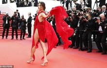 Siêu mẫu đốt mắt với đầm xẻ cao trên thảm đỏ