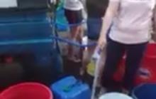Đà Nẵng: Người dân vật vã dùng thùng nhựa đi hứng nước sạch