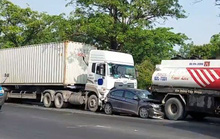3 người kêu cứu trong xế hộp biến dạng trên đường Nguyễn Văn Linh