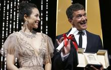 Chương Tử Di khoe khéo vòng một ở ngày cuối Cannes