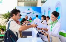 Khách đội nắng săn vé ưu đãi tại Bamboo Airways Tower