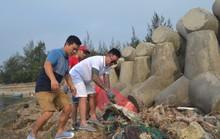 Ca sĩ Tuấn Hưng cùng hàng trăm du khách tham gia nhặt rác ở Lý Sơn