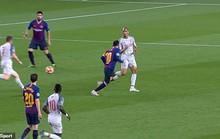 Báo chí Anh tố Messi chơi bẩn trước siêu phẩm đá phạt
