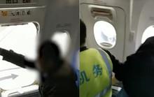 Cụ ông xui xẻo bị bắt ngay lần đầu tiên đi máy bay