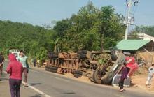 Container lật, đè chết 2 anh em đang chạy xe máy trên đường