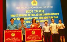 Hà Nội: Tặng quà cho công nhân bị tai nạn lao động