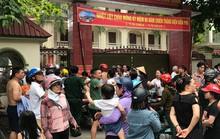 Cháy ở trường mầm non, người dân phá cổng lao vào sơ tán hàng trăm học sinh