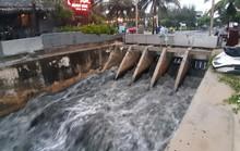 Sau cơn mưa vàng, nước thải tuôn như thác ra biển Đà Nẵng