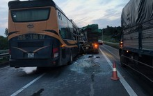 Xe giường nằm tông đuôi xe đầu kéo trên cao tốc, 5 người nhập viện cấp cứu