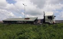 Xe container bể vỏ lao xuống lề đường cao tốc rồi lật ngang
