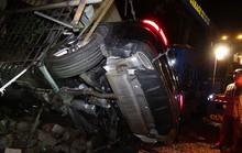 Xe Mercedes lao vào nhà dân, 1người chết, 2 người bị thương