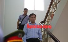 CLIP: Ông Nguyễn Hữu Linh rời tòa trong vòng vây ống kinh phóng viên