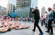 Hàng trăm người khỏa thân phản đối trước trụ sở Facebook