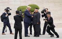 Hình ảnh lịch sử khi Tổng thống Trump gặp ông Kim Jong-un tại Bàn Môn Điếm