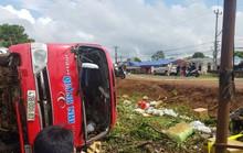 Tránh người qua đường, xe khách lật khiến 2 người thương vong