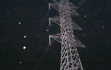2 anh em mắc kẹt trên cột điện cao thế 220 KV suốt gần 4 giờ trong đêm
