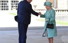 Tổng thống Donald Trump vi phạm nghi thức Hoàng gia Anh