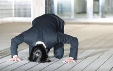 Ca sĩ Nhật Bản quỳ xin lỗi người hâm mộ
