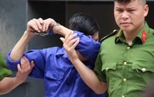 Ông trùm Hưng kính liên tục lấy tay che mặt, tránh ống kính phóng viên khi ra tòa