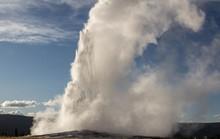 Mạch nước nóng 170 độ C phun vọt từ mặt đất thu hút du khách