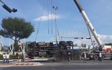 Hơn 3 giờ giải cứu xe đầu kéo lật ngang trên giao lộ giữa trưa