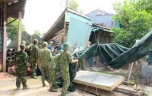Giông lốc gây chết người, sập và tốc mái hàng trăm căn nhà