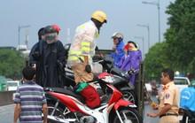 Toàn cảnh đường Phạm Văn Đồng trong trận mưa lịch sử