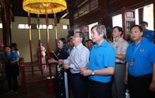 Cán bộ Công đoàn ưu tú dâng hương tưởng niệm cố Tổng Bí thư Nguyễn Văn Linh